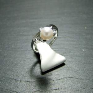 18ct White Gold Pearl and Diamond Dress Ring